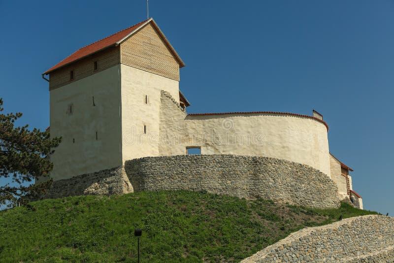Église médiévale enrichie dans le village Feldioara image libre de droits