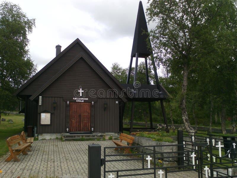 Église norvégienne dans le noir image stock