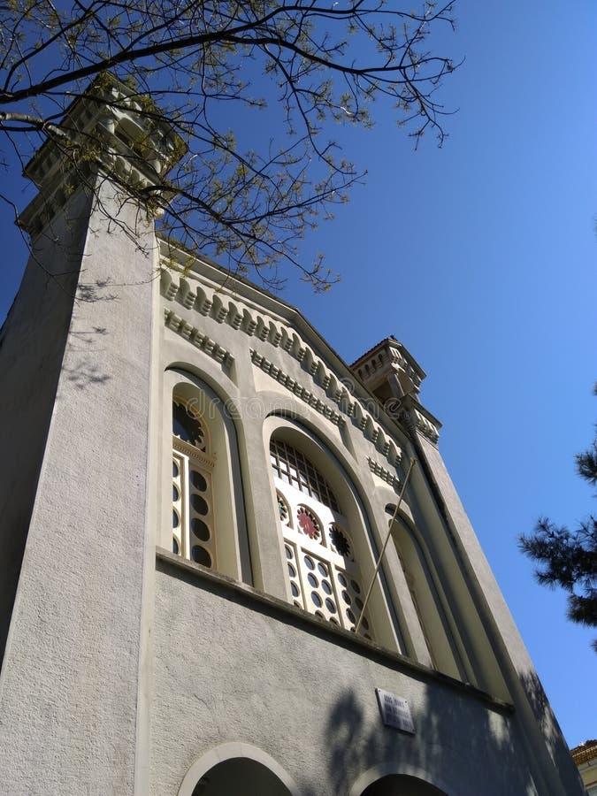 Église orthodoxe avec de grandes fenêtres blanches très gentilles au jour ensoleillé image libre de droits