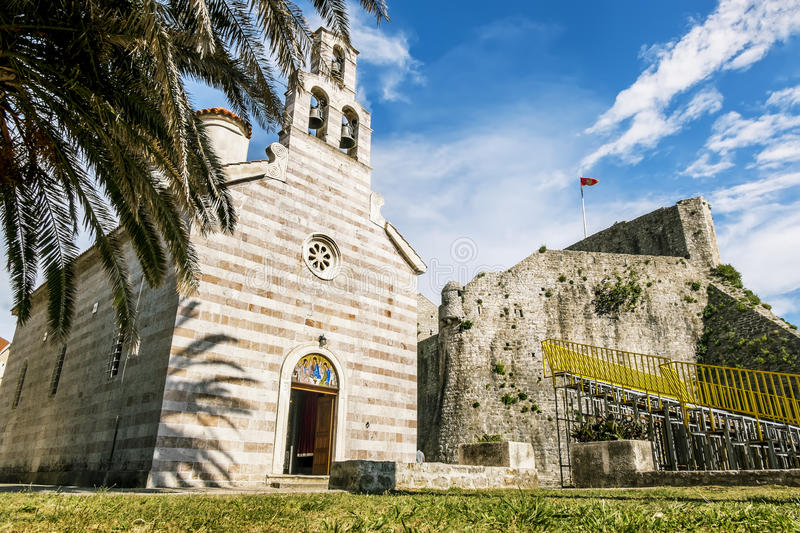 Église orthodoxe de la trinité sainte dans la vieille ville de Budva photo stock