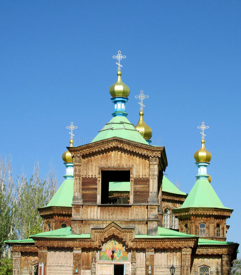 Église orthodoxe en bois avec la croix d'or sur le toit photographie stock