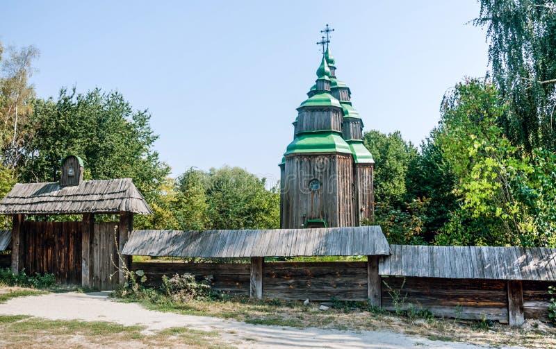 Église orthodoxe en bois de vrais Moyens Âges photographie stock