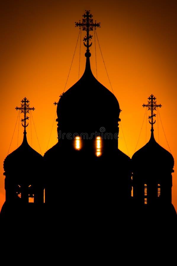 Église orthodoxe en l'honneur de St George dans la région de Kaluga (Russie) au coucher du soleil images libres de droits