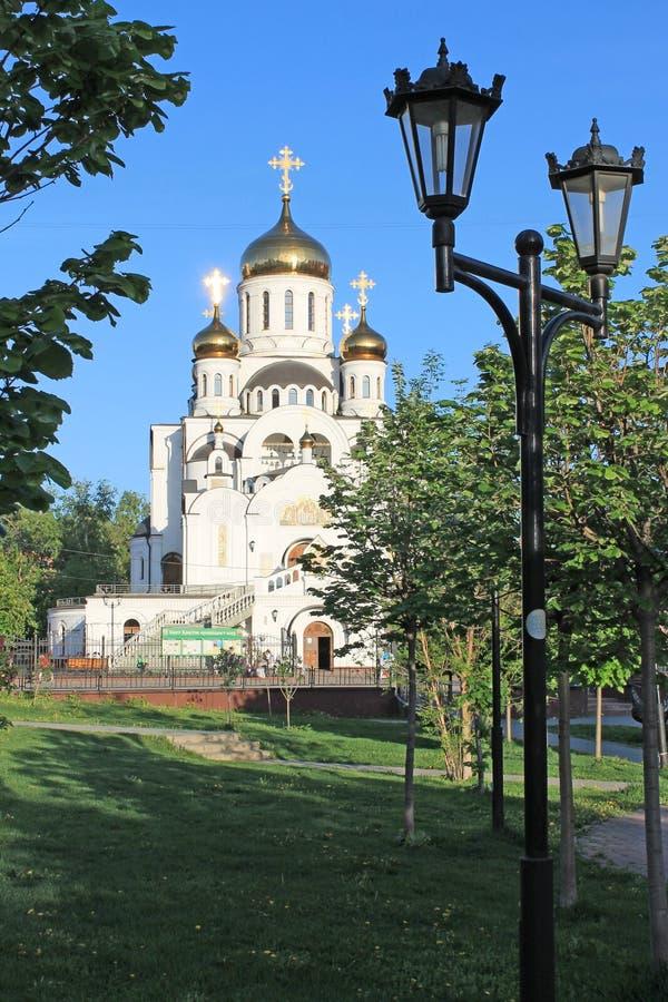 ?glise orthodoxe en pierre blanche avec la r?gion d'or Russie de Moscou de d?mes au soleil photographie stock libre de droits