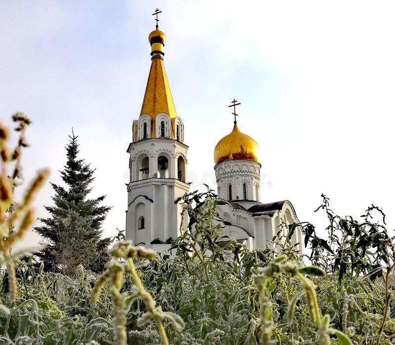 Église orthodoxe entre les lames de l'herbe images stock