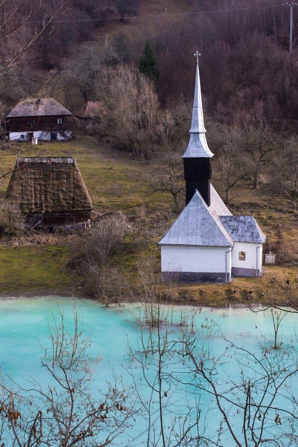 Église orthodoxe et cimetière noyé Lac de rebut avec du cyanure PO images libres de droits