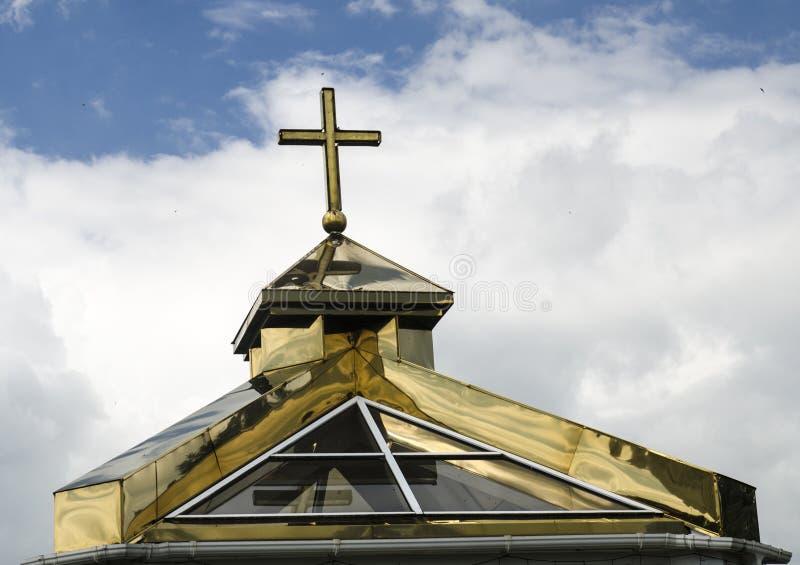 Église orthodoxe Golden Dome avec une croix photos libres de droits