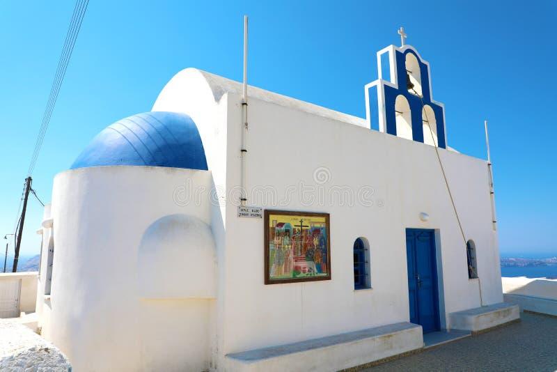 Église orthodoxe grecque avec la tour de cloche sur l'île de Santorini en mer Égée, Grèce image libre de droits