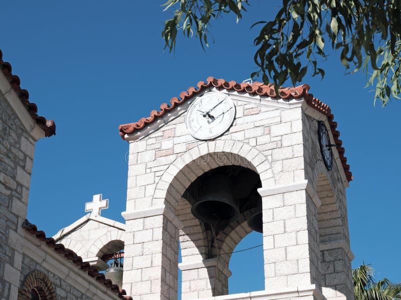 Église orthodoxe grecque de Bell et d'horloge, Glyfada, Phocis, Grèce image stock