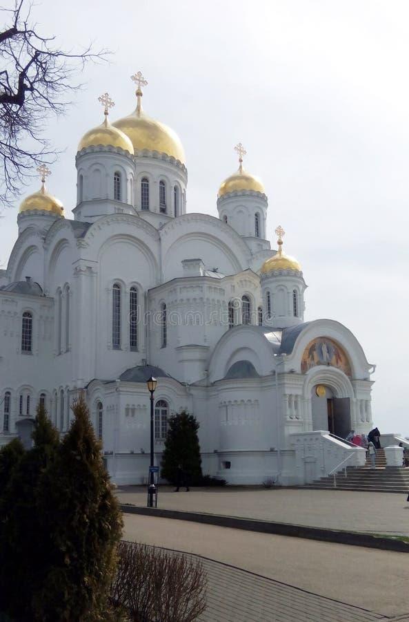 église orthodoxe russe majestueuse dans le village Diveevo photographie stock