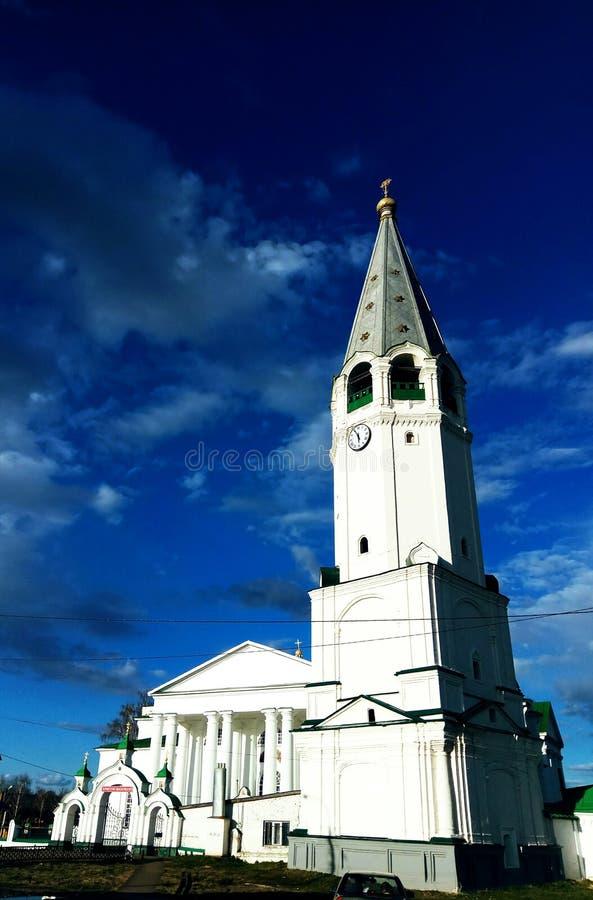 Église orthodoxe russe sur le fond du ciel, bleu profond photos stock