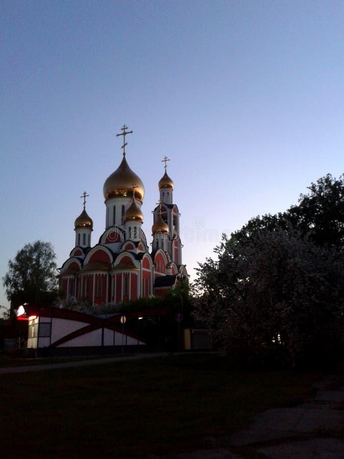Église orthodoxe sur le contexte d'un ciel sans nuages de soirée près de Moscou photo libre de droits