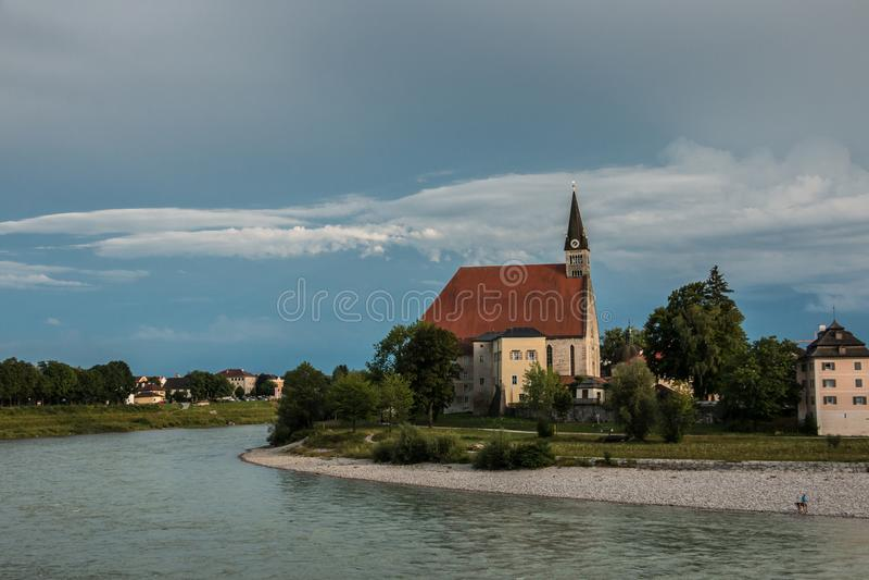 Église par le fleuve images libres de droits