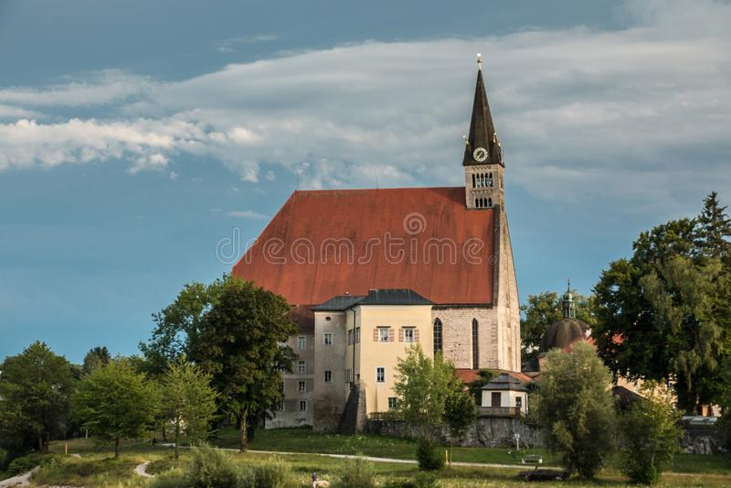 Église par le fleuve photos stock