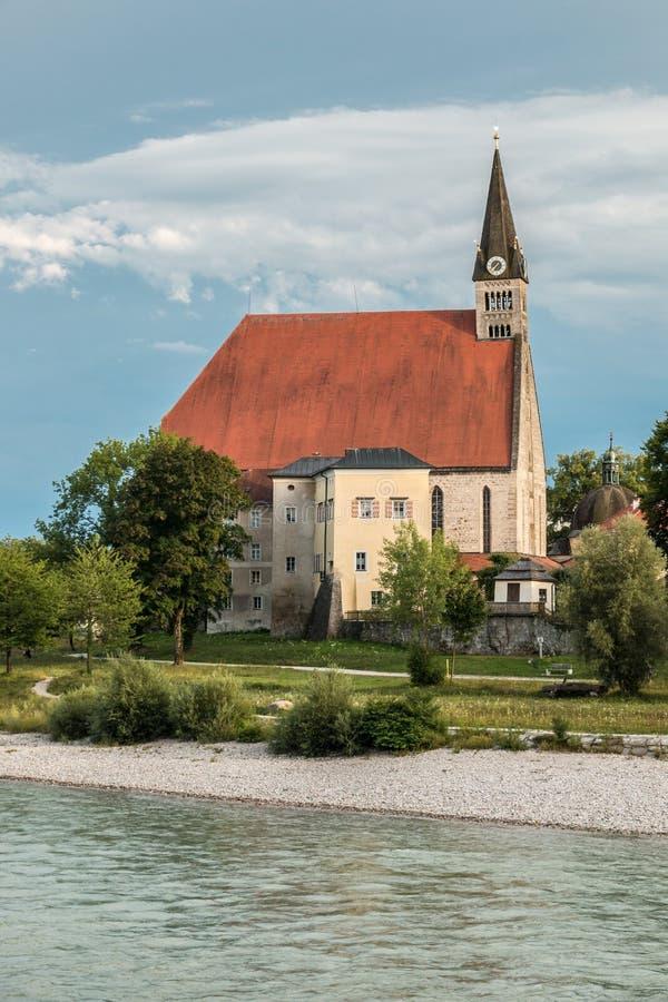 Église par le fleuve photographie stock
