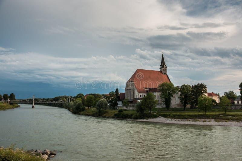 Église par le fleuve image stock