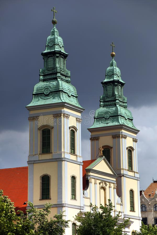 Église paroissiale de centre urbain du ` s de Budapest, après le pont d'Elizabeth à travers le Danube photos stock