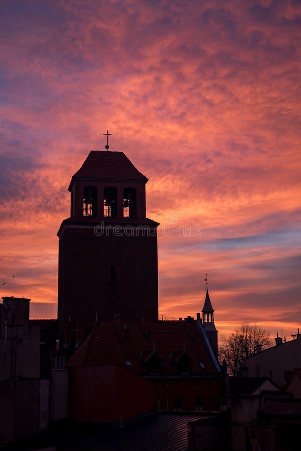 Église pendant le lever de soleil photographie stock