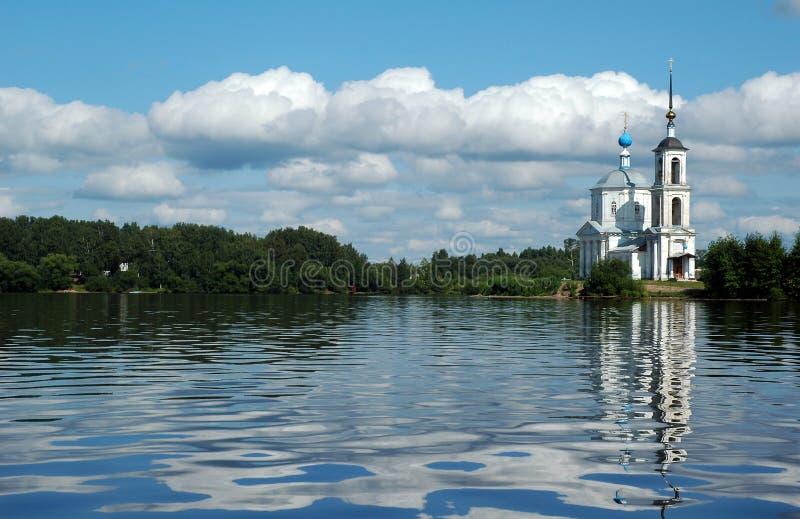 Église près du fleuve de Volga photo libre de droits