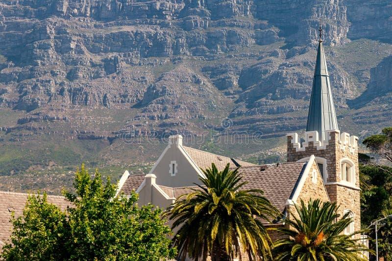 Église presbytérienne de jardins et montagne de Tableau à Cape Town photographie stock libre de droits