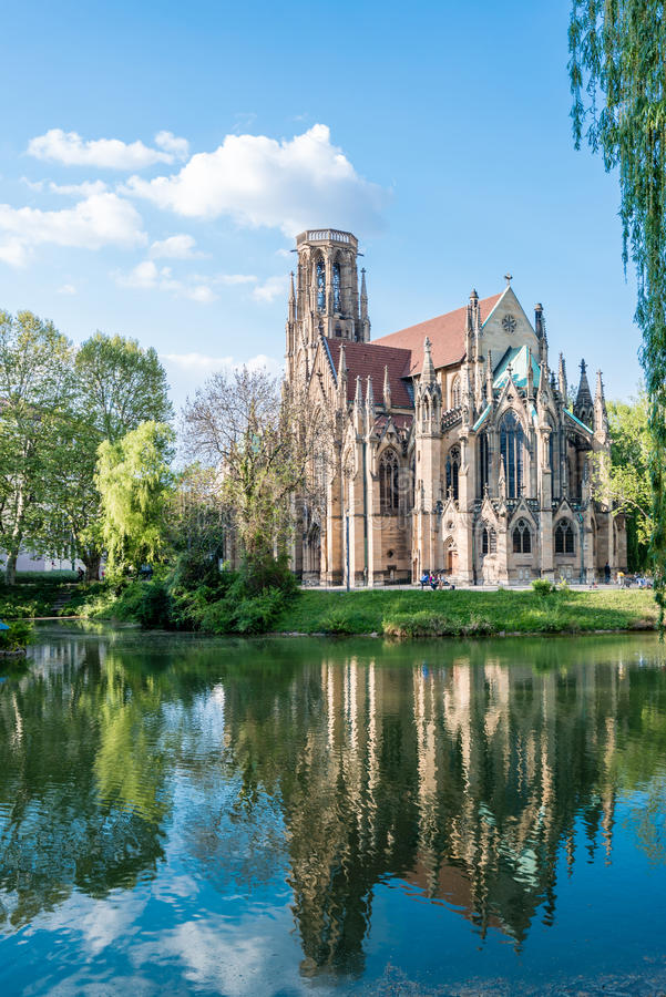 Église protestante de St Johns au-dessus du lac fire à Stuttgart, Allemagne photographie stock libre de droits