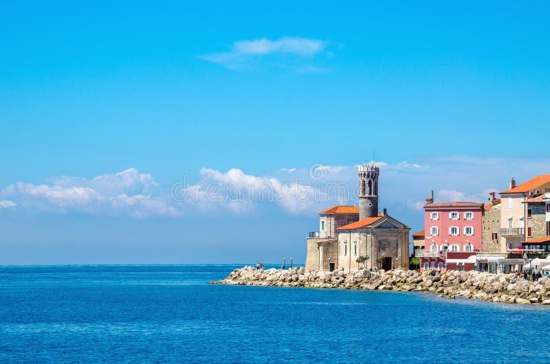 Église rocheuse de promontoire, de phare et de tour de clément, Piran, Slovénie l'Europe photo stock