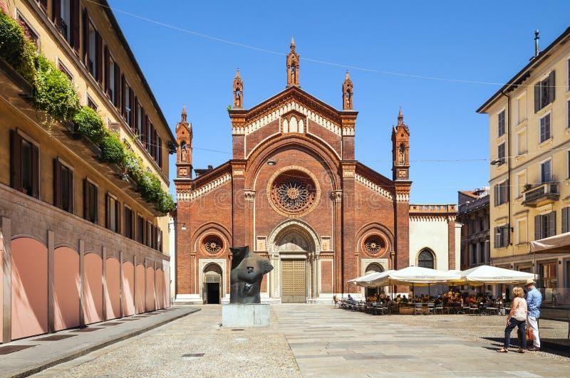 Église rouge à Milan l'Italie photographie stock