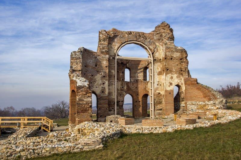 Église rouge - grande basilique chrétienne bizantine tôt romaine en retard partiellement préservée près de ville de Perushtitsa,  photo stock