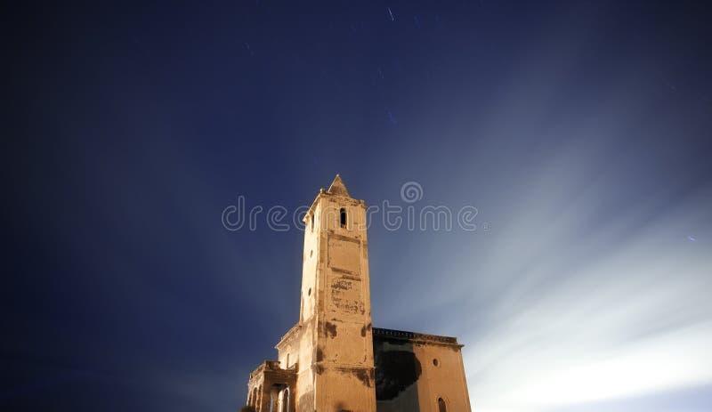Église ruinée la nuit photographie stock libre de droits