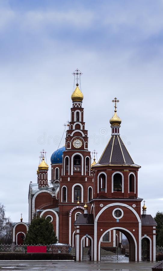 Église russe ordinaire dans une petite ville images stock