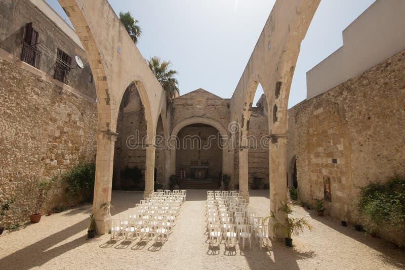Église sans toit pour des mariages avec les chaises blanches Église Santa Luc photo libre de droits