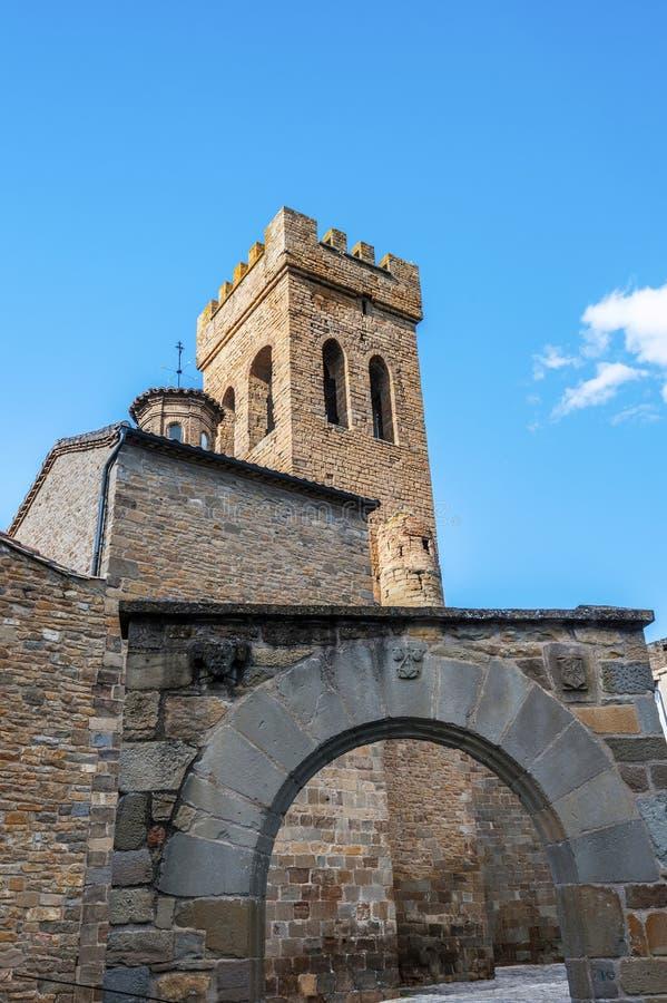 Église Santiago Apostol de style de l'Oman dans la ville de Sanguesa de Navarra espagnol image libre de droits