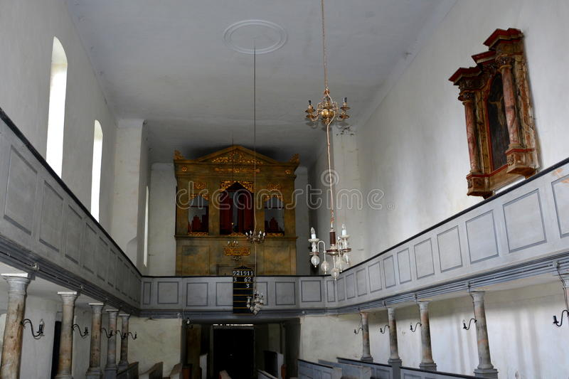 Église saxonne enrichie médiévale dans Ungra, la Transylvanie photo stock