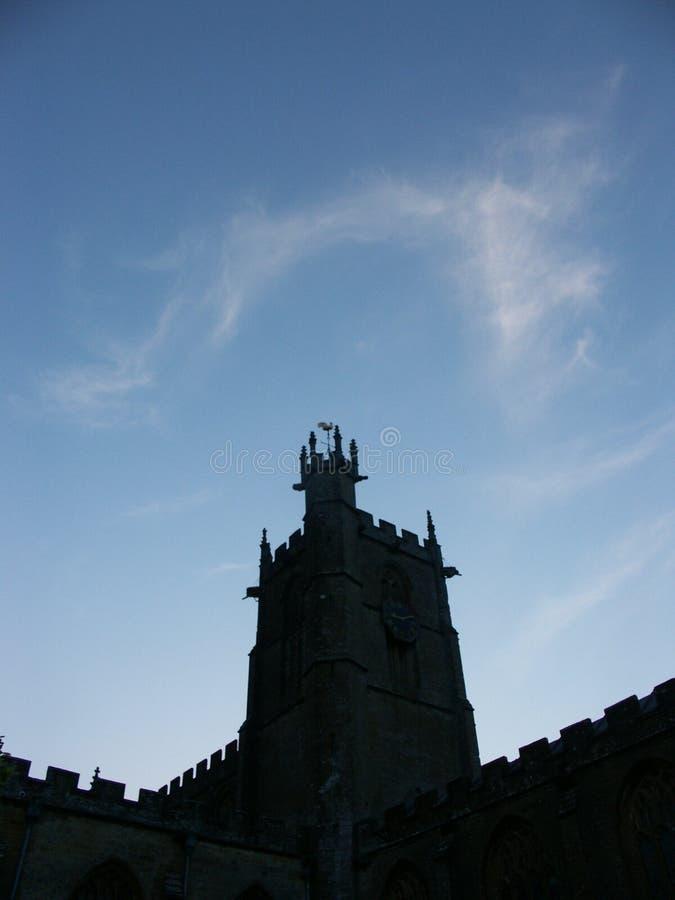 Église silhouettée contre le ciel bleu photos libres de droits