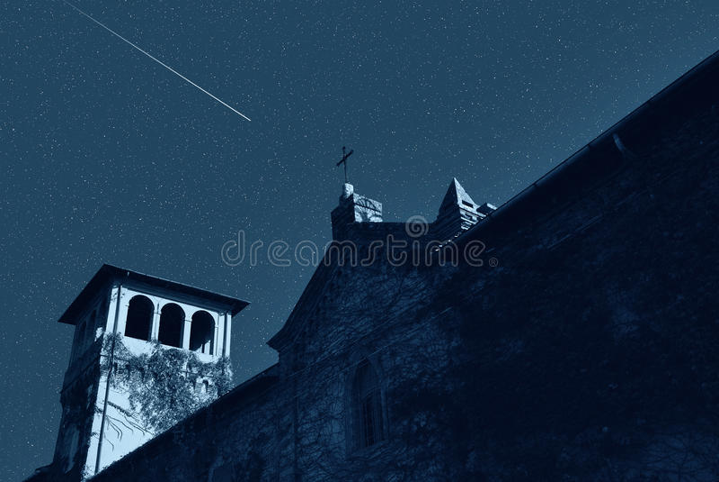 Église sous le ciel étoilé photographie stock