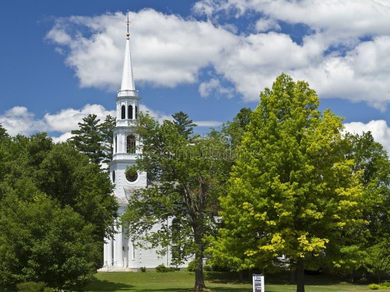 Église Steple de Williamstown parmi les arbres images libres de droits
