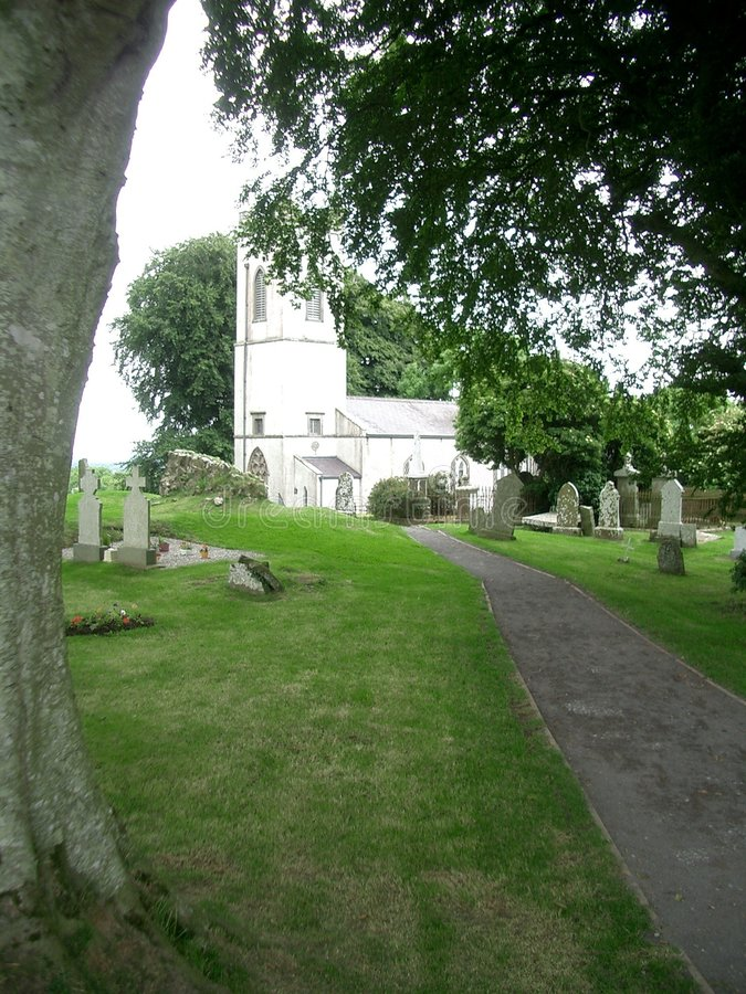 Église sur la côte de Tara, Irlande images stock