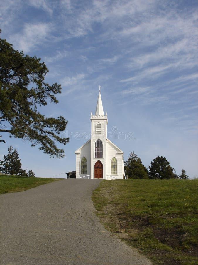 Église sur la colline images stock