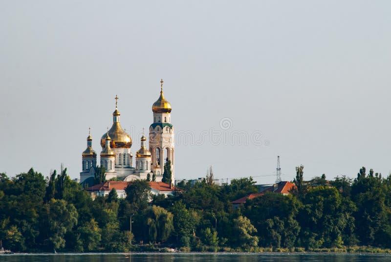 Église sur la rivière, dômes d'or, église dans la forêt, photo stock