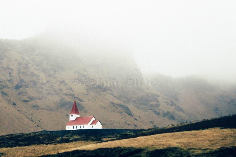 Église sur le flanc de coteau photographie stock libre de droits