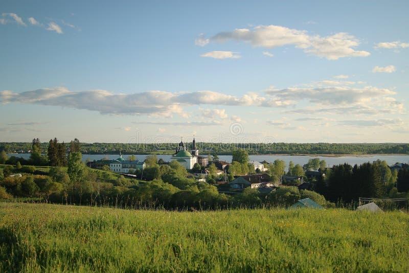 église sur les côtés du fleuve photographie stock libre de droits