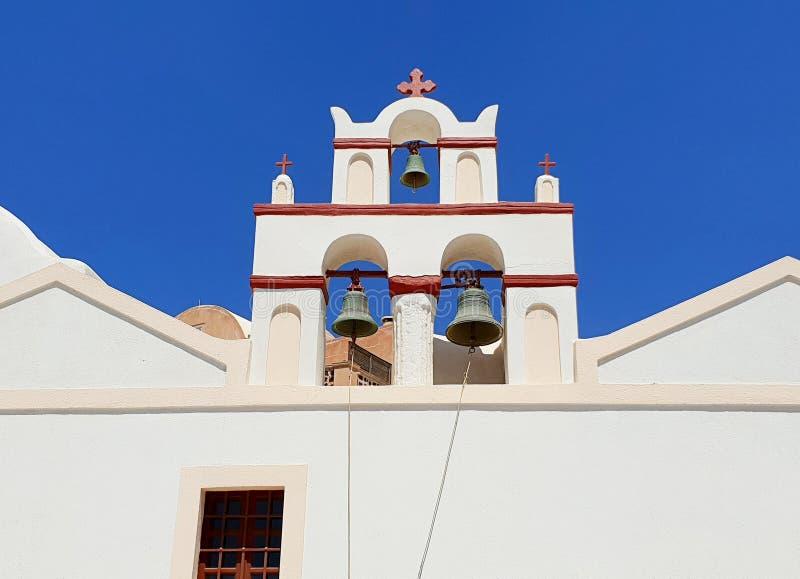 Église traditionnelle avec des cloches contre le ciel bleu, Santorini, Grèce photo libre de droits