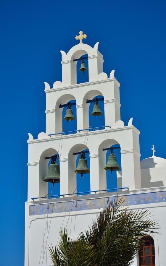 Église traditionnelle avec des cloches sur Santorini, Grèce. images stock