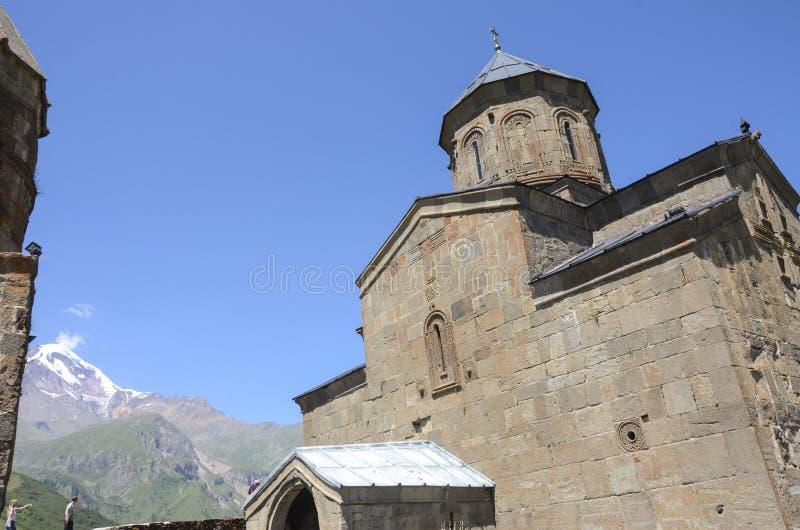 Église Trinity sainte de Gergeti, Kazbegi, la Géorgie images stock