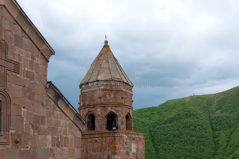 Église Trinity sainte, église de Tsminda Sameba au-dessus de bâti proche Kazbegi de village de Stepantsminda en Géorgie images stock