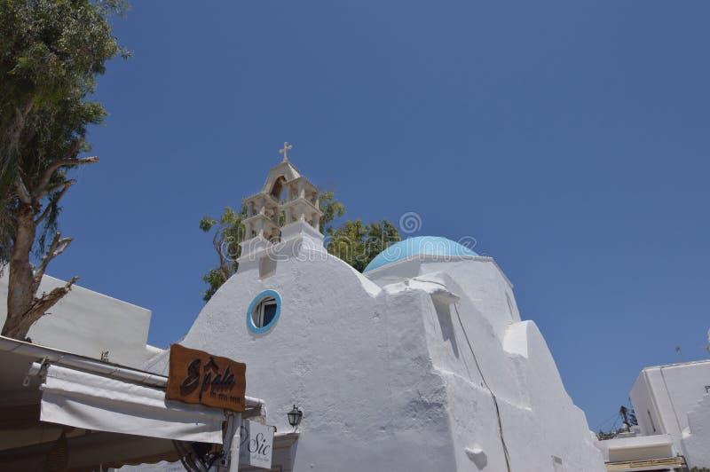 Église typique avec le toit bleu sur l'île de Chora de Mykonos Arte History Architecture image libre de droits