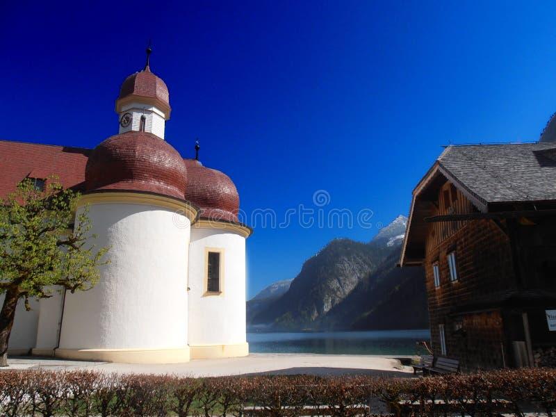 Église unique dans le lac moyen image libre de droits