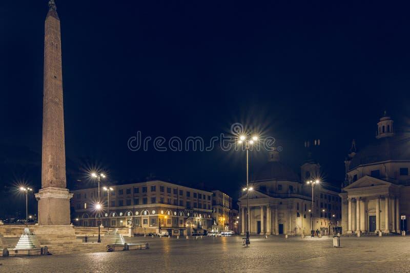 Églises de jumeau de Piazza del Popolo la nuit avec l'obélisque et la fontaine dans l'éclairage routier image libre de droits