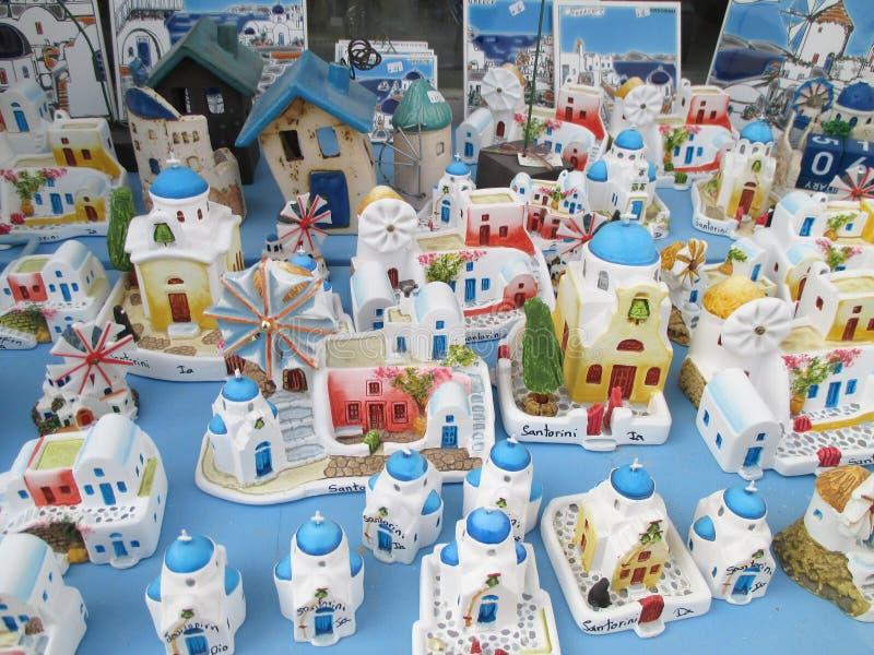Églises de style grec et maisons blanches et bleues, souvenirs à vendre au village d'Oia sur l'île de Santorini photos stock