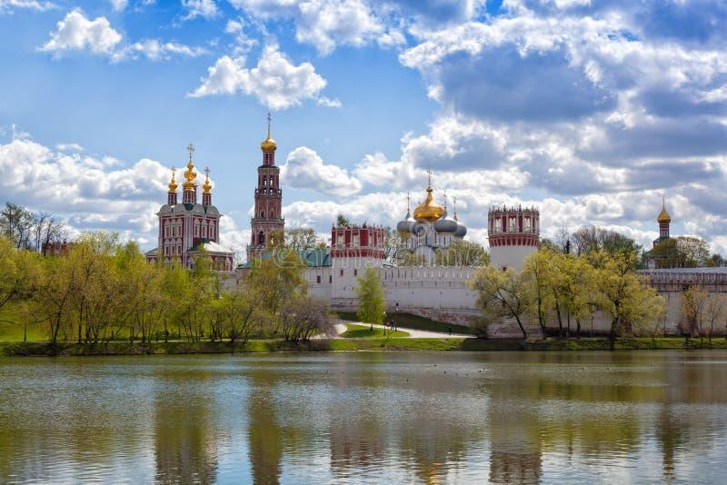 Églises orthodoxes russes dans le monastère de couvent de Novodevichy photo libre de droits